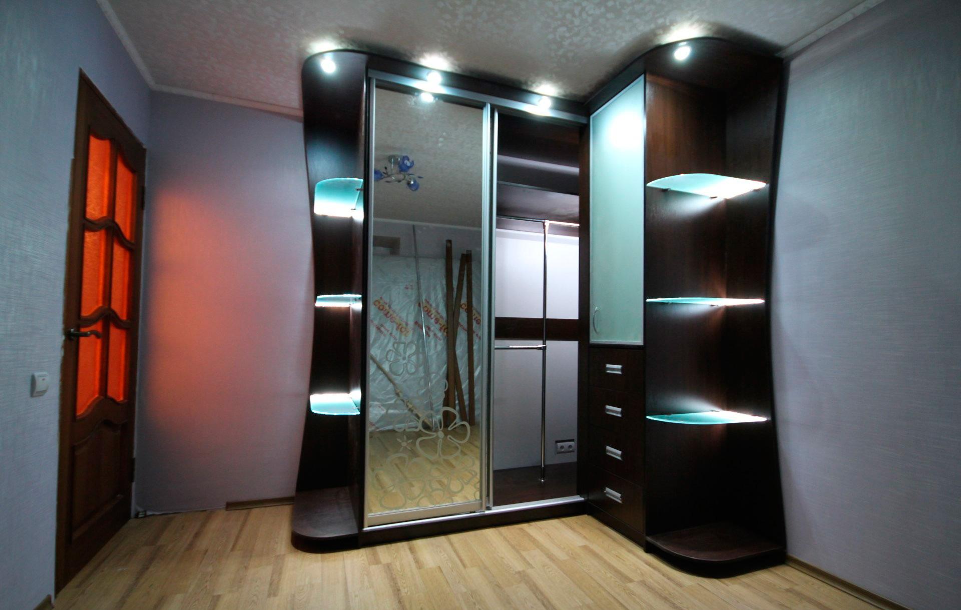 Шкаф купе с нишей и с угловыми элементами и подсветкой.
